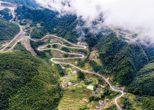 樊哙镇是巴山大峡谷的门户,境内峰峦叠嶂,公路依山势龙踞蛇行.